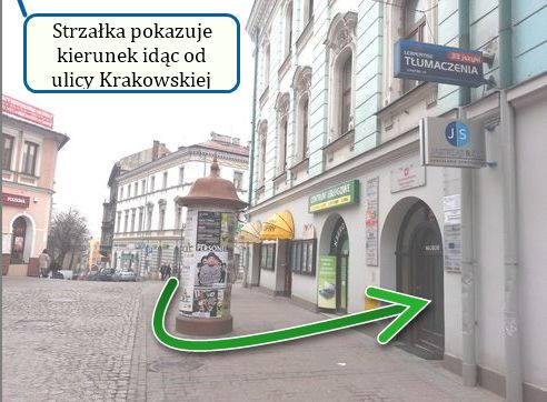 Wejście do Biura Tłumaczeń - druga brama po lewej, tuż obok sklepu komputerowego